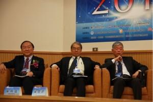 左起台灣競爭力論壇理事長彭錦鵬、中經院董事長梁啟源、台綜院院長吳再益